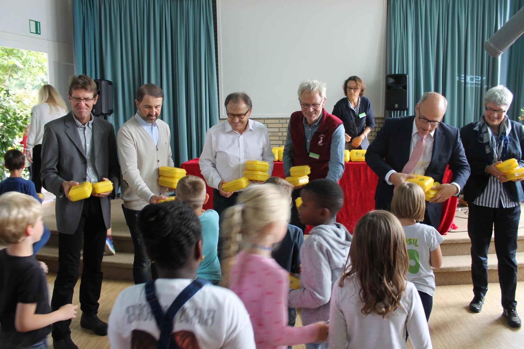 Botschafter der Hamburger Bio-Brotbox verteilen die Boxen an Erstklässler*innen