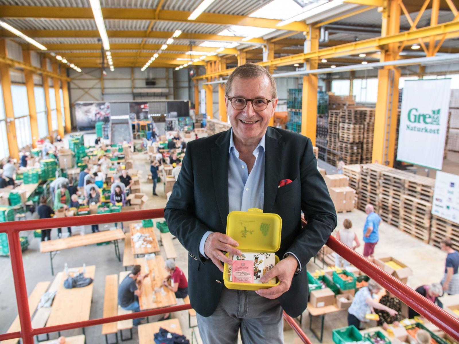 Jan Hofer unterstützte gut 100 Freiwillige beim Füllen der Bio-Brotboxen